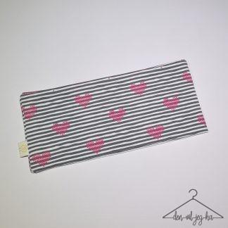 Svarte striper med korssting-hjerter
