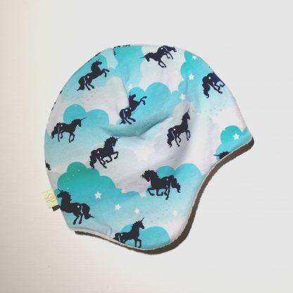 Hjelmlue turkis skyer med hester