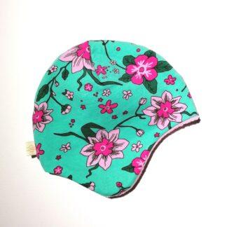 Hjelmlue frisk grønn med rosa blomster