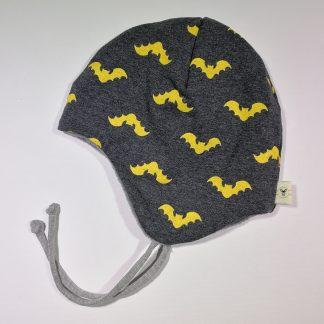 Rund lue mørk grå med gule flaggermus