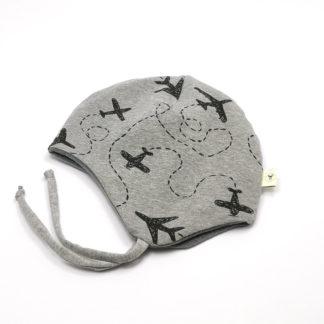 grå hjelmlue med fly